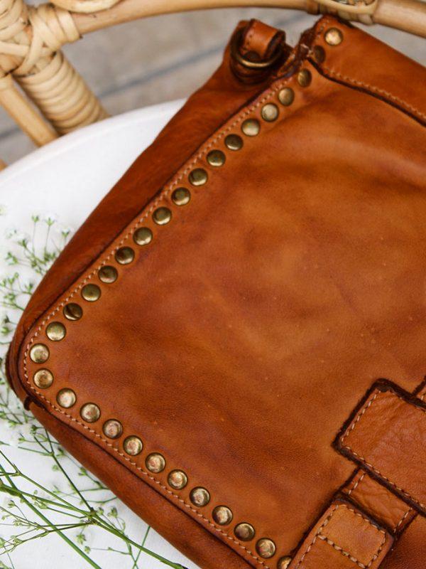 Pochette bandoulière cloutée cuir lisse