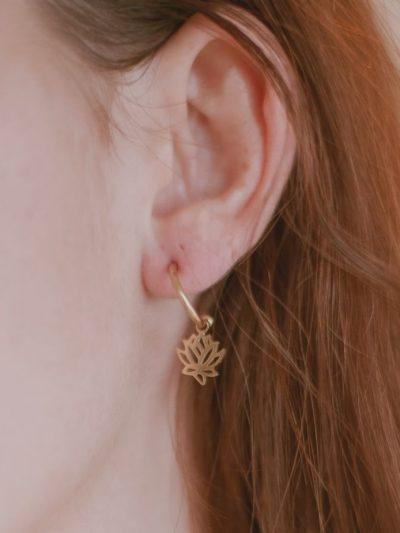 minis-creoles-lotus-fleurs-bijoux-bouclesoreilles-dore-or