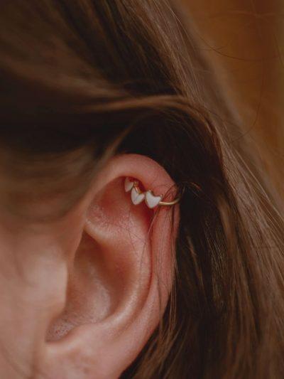 Bague d'oreille sans perçage en acier inoxydable portée à l'oreille