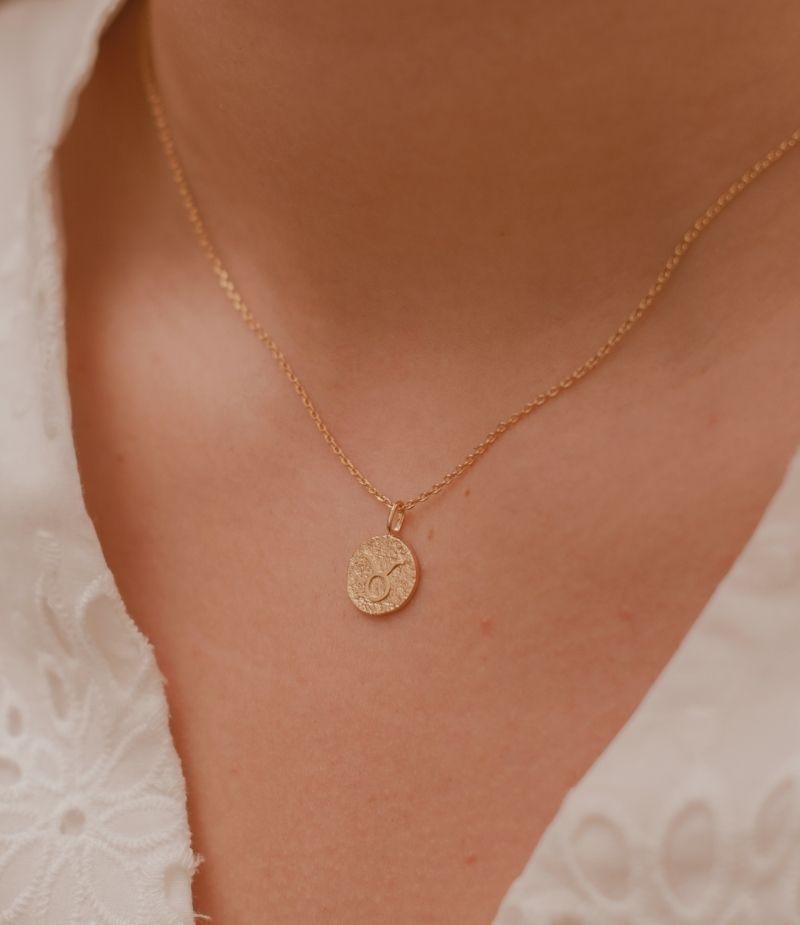 collier signe astrologique taureau / Collier en plaqué or 18 carats pour femme.