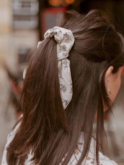 chouchou blanc à fleurs